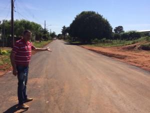 Selso Lozano mostra mais pavimentação asfaltica em Antonio Joao - Foto Edinho Correa