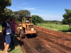 Selso Lozano acompanha serviço de terraplanagem em Antonio Joao - Foto Edinho Correa