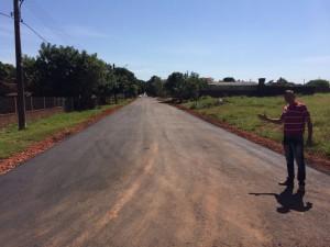 Selso Lozano mostra pavimentação asfaltica em Antonio Joao - Foto Edinho Correa