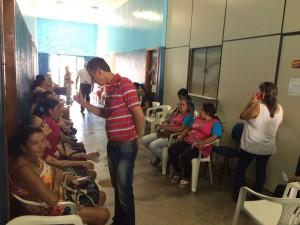 Selso Lozanoconversa com mulheres atendidas pelo Projeto Onça Pintada - Foto Edinho Correa